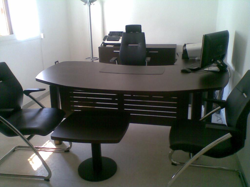Mobilier de bureau usagé a vendre u table de lit a roulettes