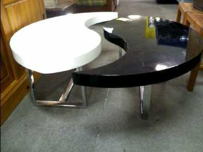Table basse avec 2 poufs inclus en MDF recouverte de simili noir surpiqûres
