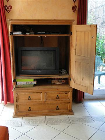 Meuble tv ferm mobilier sur enperdresonlapin for Meuble informatique ferme but