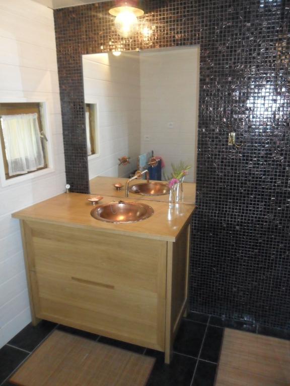 reglette avec prise pour salle de bain ~ idées de design maison et ... - Prise Dans Salle De Bain